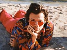 10 Celebrities That Wear Heart Shaped Sunglasses Red Aesthetic, Aesthetic Vintage, Aesthetic Photo, Banda One Direction, Harry Styles Photoshoot, Indie, Heart Shaped Sunglasses, Buy Sunglasses, Sunglasses Online