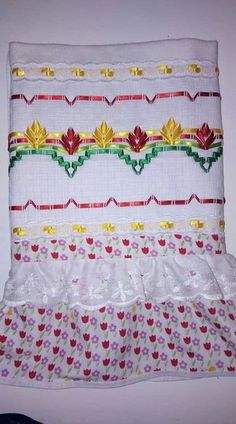 Toalha de vagonite Swedish Embroidery, Swedish Weaving, Diy And Crafts, Quilts, Silk Ribbon Embroidery, Ribbon Work, Sewing Accessories, Bullion Embroidery, Embroidery Ideas
