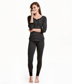 Musta/Raidallinen. Kaksiosainen trikoopyjama. Pitkähihaisessa puserossa on resori hihansuissa. Leggingseissä on joustovyötärö ja resori lahkeensuissa.