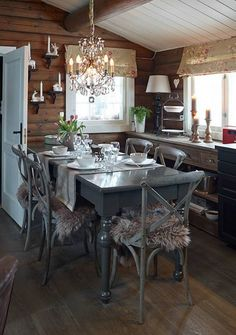 Stor forandring: Hytta har fått en helt ny stil. Spisebordet er kjøpt på salg i Sandefjord, men saget til i ny høyde og malt av hytteeierne. Spisestolene er fra Home and Cottage. Fargen på bordet og stolene er Jotun Supreme Finish, Elegant. Tømmerveggene er beiset i Sjøsand, Jotun interiørbeis. Taket er malt i fargen Kritthvit.