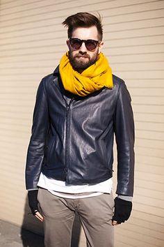 レザージャケットにマフラーで差し色コーディネート(メンズ) | Italy Web
