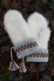 i used to have a pair just like this! Knitted Mittens Pattern, Crochet Mittens, Fingerless Mittens, Knitted Gloves, Knit Or Crochet, Knitting Socks, Hand Knitting, Knitting Patterns, Wrist Warmers