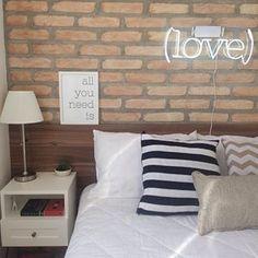 E nada como uma parede de tijolinhos, né? | 14 imagens de lares minimalistas que vão te dar paz de espírito
