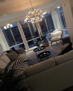 """68 gilla-markeringar, 3 kommentarer - @villastendalholmer på Instagram: """"Home 🌟 #mittmyresjöhus #myresjöhus #byggahus #bygganytt #nybygge #höst #finahem #inredning…"""" Chandelier, Ceiling Lights, Lighting, Clothing, Instagram, Home Decor, Modern Living, Trendy Tree, Outfits"""