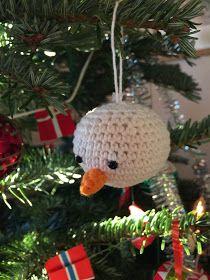FOR 2 KR. BLANDET: Flere hæklede julekugler