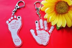 DIY hand print key chains - perfect for everyone! Easy Father's Day Gifts, Best Mothers Day Gifts, Mothers Day Crafts For Kids, Fathers Day Crafts, Mothers Day Cards, Diy For Kids, Baby Crafts, Toddler Crafts, Birthday Presents For Grandma