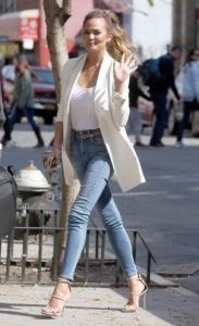 A white boyfriend blazer instantly elevates a simple jeans & tee look. Keep it c… A white boyfriend blazer instantly elevates a simple jeans & tee look. Keep it casual & clean with a ponytail & your favorite nude heels. Blazer Outfits Casual, Outfit Jeans, Trendy Fall Outfits, Heels Outfits, Summer Fashion Outfits, Classy Outfits, Fashion Tips, Jeans Fashion, Outfit Summer