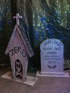 Zero's tombstone and Good old Fred, inspired by Disney's Haunted Mansion. nightmare before Christmas halloween tombstones ideas Halloween Prop, Diy Halloween Party, Outdoor Halloween, Diy Halloween Decorations, Holidays Halloween, Halloween Crafts, Halloween Centerpieces, Disney Halloween Parties, Lawn Decorations