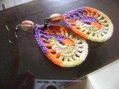 Brincos de crochê engomado e pedra no acabamento. Feito também sob encomenda nas cores a escolher. R$ 10,00