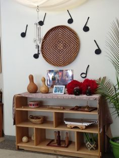 I really like the way this Reggio-Inspired Music and Movement Area is set up. There is not only a variety of different instruments, but they also decorated around it with musical materials. Preschool Rooms, Preschool Music, Preschool Classroom, Teaching Kindergarten, Classroom Setting, Classroom Design, Classroom Decor, Classroom Layout, Reggio Emilia Classroom