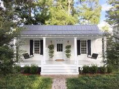 If you are looking for Modern Farmhouse Exterior Design Ideas, You come to the right place. Below are the Modern Farmhouse Exterior Design Ideas. White Exterior Houses, Cottage Exterior, Modern Farmhouse Exterior, Farmhouse Decor, Cottage House Exteriors, Cottage Farmhouse, Cottage House Designs, Farmhouse Small, Cottage Porch