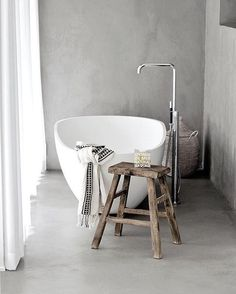 How inviting does this bathtub look? I've been incapacitated the past few weeks / months from back pain so let me know if you have any tips on alleviating the pain, I plan on a hot bath tonight - Image credit the incredible home of @elisabeth_heier