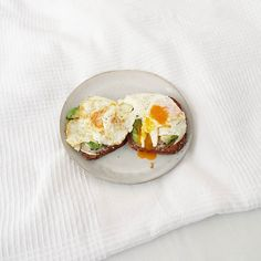 What a cliché. But so good!  #goodmorning #yummy #breakfast #breakfastinbed #avocado #friedegg - Frühstück inspo