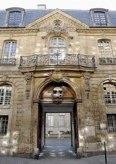 Ancien hôtel dit de Jeanne d'Albret (XVIIe) 31, rue des Francs-Bourgeois Paris 75004. Jeanne d'Albret, mère d'Henri IV n'a jamais habité cet hôtel du plus pur style Louis XV.