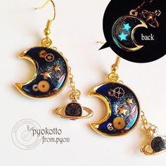 月の中に宇宙を閉じ込めて☆本物の時計の歯車が入っているので、とても繊細で綺麗ですo(^▽^)o☆ミニチュアの宇宙を楽しんで♡ぶら下がっている黒い土星は、ゆらゆ...|ハンドメイド、手作り、手仕事品の通販・販売・購入ならCreema。