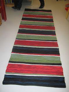 Vävföreningen Kulturarvet: Julmatta Weaving Tools, Textiles, Recycled Fabric, Woven Rug, Rug Making, Color Schemes, Recycling, Carpet, Rag Rugs