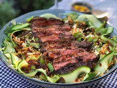 Steak salad with spicy Asian dressing Salad Dressing Recipes, Salad Recipes, Healthy Recipes, Steak Salat, Beef Salad, Food Salad, Food Inspiration, Love Food, Main Dishes