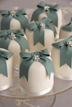 New wedding cakes mini petit fours Ideas Pretty Cakes, Beautiful Cakes, Amazing Cakes, Small Wedding Cakes, Wedding Cupcakes, Wedding Favors, Unusual Wedding Cakes, Wedding App, Wedding Photos