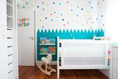 O quarto – projeto de Melina Romano Arquitetura de Interiores - não tem um tema específico, mas brinca com elementos infantis, como monstros, carros, bichos e livros