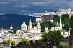 Die Altstadt von Salzburg mit der Festung Hohensalzburg im Hintergrund. Direkt nach einem Gewitter. Austria, Taj Mahal, Mansions, House Styles, Instagram, Building, Travel, Framing Canvas, Landscape Pictures