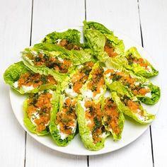 Łódeczki z sałaty z serkiem chrzanowym i łososiem  Przepis juz na mgotuje.pl ——————————————— #przystawka #mgotuje #salata #salmon #łosoś #serek #polishblogger #food #kolacja #wielkanoc #wiosna #vege  #zdrowejedzenie #healthyfood #vegetables #yummy #cook #przepis #swietawielkanocne #salatarzymska #healthy #przekaska #easter #wielkanocne #menu Easter Dishes, Polish Recipes, Polish Food, Party Mix, Calzone, Party Snacks, Bon Appetit, Zucchini, Grilling
