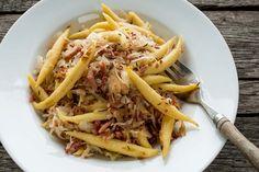 Schupfnudeln mit Kraut ist ein typisch schwäbisches Gericht, das sehr gut in die kalte Jahreszeit passt. http://einfach-schnell-gesund-kochen.de/schupfnudeln-mit-sauer-kraut-und-speck/