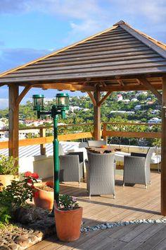 Case Dodo - La vaste terrasse au-dessus est accessible par un escalier extérieur, un guétali abrité du soleil et une pergola avec table et chaises.