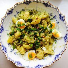 Unohda säntilliset kuutiot: tässä perunasalaatissa tärkeintä on maku. Veggie Dishes, Fried Rice, Pesto, Potato Salad, Salads, Curry, Brunch, Food And Drink, Veggies