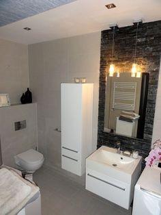 Ładna nowoczesna łazienka w bloku