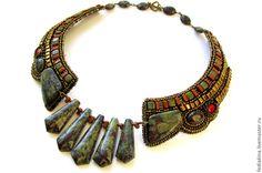 Яшма 'Кровь дракона' в сочетании с бронзовым бисером, придает изысканность украшению.