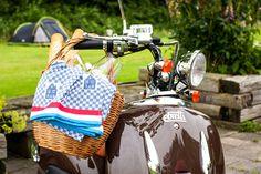 scooter met picknickmand, goed voor een supertochtje in de buurt van Watersportcamping Heeg