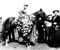 Whirlaway is draped with the floral tribute in the winner's circle at Belmont Park, N., on June 1941 after winning the Belmont Stakes race of the Triple Crown with jockey Eddie Arcaro. Trainer Ben Jones holds the bridle. Travers Stakes, The Belmont Stakes, Preakness Stakes, Preakness Time, Derby Horse, Triple Crown Winners, Derby Winners, American Pharoah, Sport Of Kings