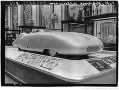 [Exposition internationale des arts et techniques, Paris 1937 : pavillon de l'Allemagne nazie, voiture de sport Mercedes]