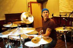 """""""Много времени мы просто джэмим в студии. Иногда у меня рождается интересный бит, или Flea находит басовую линию, или John нащупает гитарную мелодию, на основе которой мы выстраиваем новый трек. Каждый привносит что-то свое в конечный результат"""" - Chad Smith  #injazz #jazzclub #ChadSmith #ЧадСмит"""