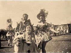Personajes del circo afuera de su tienda