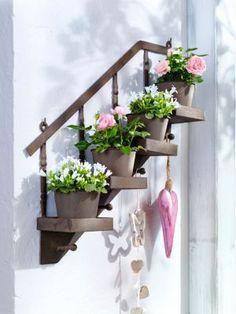 Nicht viel Platz auf Terrasse oder Balkon?  Mit diesem Mini-Garten für die Wand bringen Sie trotzdem viele schöne Pflanzen unter! #deko #terrasse #blumen #balkon #draußen #weltbild