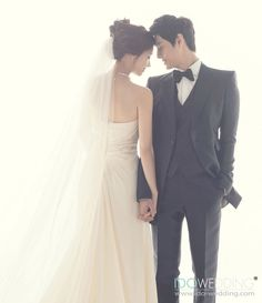 korean wedding photo studio no wedding poses Korean Wedding Photography Photo Ideas Wedding Picture Poses, Pre Wedding Photoshoot, Wedding Poses, Wedding Shoot, Wedding Couples, Wedding Bride, Photoshoot Ideas, Wedding Ceremony, Wedding Ideas