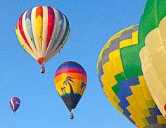 ¿Por qué los globos de competición tienen una forma más alargada hacia arriba que los globos tradicionales?  http://www.facebook.com/siempreenlasnubes.volarenglobo  Más información y reservas en:  http://www.siempreenlasnubes.com/