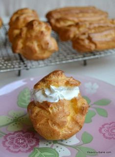 Reteta de eclere si choux a la creme - reteta care nu da gres | Savori Urbane Dessert Cake Recipes, Dessert Drinks, Sweets Recipes, Cookie Recipes, Finger Desserts, Ukrainian Recipes, Good Food, Yummy Food, Romanian Food