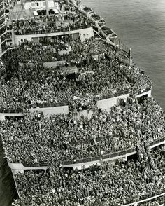 """İkinci Dünya Savaşı sonunda New York Limanına Amerikan askerlerini getiren """"Queen Elizabeth"""" gemisi. The crowded Liner Queen Elizabeth bringing American Troops back to NY Harbor after the and of the WWII, 1945 Old Pictures, Old Photos, Rare Photos, Bizarre Photos, Amazing Pictures, Random Pictures, Rare Historical Photos, New York Harbor, American Soldiers"""
