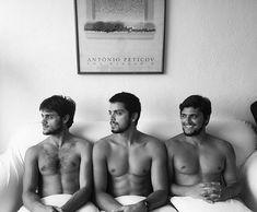 """Galãs! Bruno Gissoni, Rodrigo e Felipe Simas causam furor ao posarem descamisados O trio de irmãos recebeu elogios na web: """"Escolhe o teu"""", brincou uma internauta"""