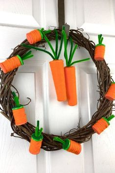 Tired of predictable bunny or egg wreaths for Easter? check out this easy and cheap creative carrot wreath idea made from repurposed spools. Pick up the rest of the craft items at the dollar store and you have a cute unique wreath for Easter. Diy Spring Wreath, Diy Wreath, Wreath Ideas, Spring Crafts, Grapevine Wreath, Holiday Crafts, Easter Crafts, Crafts For Kids, Easter Decor