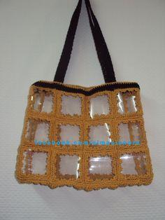 Crochet. Bolso reciclado hecho con botellas de gaseosa y crochet.pap en  www.tejenora.es.tl Bottle Bag, Pet Bottle, Crochet Mandala Pattern, Food Crafts, Diy And Crafts, Basket Crafts, Crochet Purses, Drops Design, Recycling