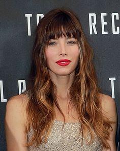 Effetto degradé sui capelli mossi ad arte e rossetto rosso opaco per questa Jessica Biel in odore di fiori d'arancio con Justine Timberlake.