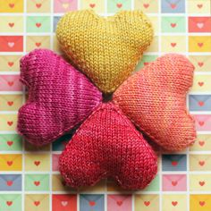 Love these adorable knitted hearts- perfect for using up scraps, and would make awesome christmas decorations, too!