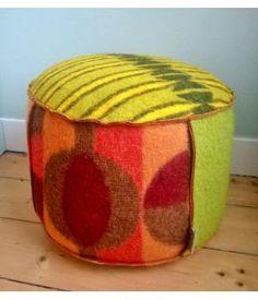 Grote poef bekleed met wollen dekens in groen, oker, oranje kleuren uit de jaren 60 en 70. Deze poef is 30 cm hoog en 50 cm doorsnede. Kan ook in andere kleuren besteld worden.