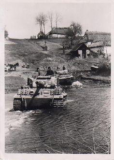Panzerkampfwagen VI Tiger Ausf. E  (Sd.Kfz. 181) | Un Zug de Tiger franchit un gué en Pologne orientale sous les yeux de quelques paysans.  PK Kriegsberichter Valtingojer. Tarnopol-Stanislau, 22.4.1944. Commons: Bundesarchiv.  Courtesy of www.flickr.com/photos/41044438@N03/