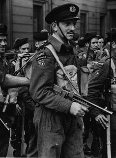 Un commando français gratuit (ca. 1943) Remarque son avant-guerre M1928 mitraillette Thompson.