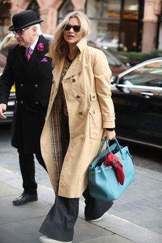 Kate Moss wearing Saint Laurent Logo Embossed Sneakers and Hermes Birkin Bag Best Street Style, Looks Street Style, Estilo Kate Moss, Kate Moss Stil, Burberry Trenchcoat, Marlene Hose, Queen Kate, Look Chic, Her Style