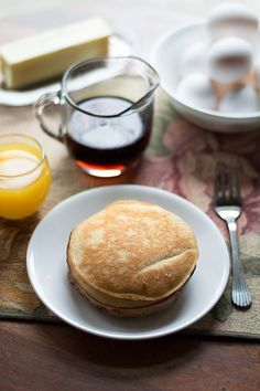 Low Carb Almond Flour Pancakes - these delicious grain free pancakes are made with almond flour and lightly sweetened with @swervesweetie